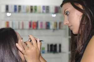 makeup-395044_640